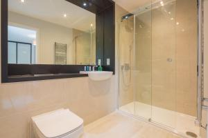 A bathroom at Kingfisher Apartments Cambridge City