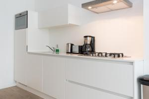 A kitchen or kitchenette at Ruby van Gogh Apartments