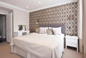 A bed or beds in a room at Queensgate Court