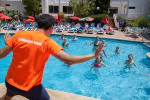 Der Swimmingpool an oder in der Nähe von OLA Apartamentos Es Ravells Dor