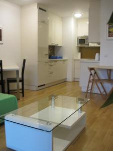 A kitchen or kitchenette at Vienna DC Living Apartment with parking on premise