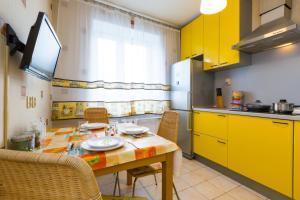 A kitchen or kitchenette at Star 2 apartment on Kievskaya