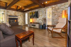 The lounge or bar area at Chalet Mont Ste-Anne