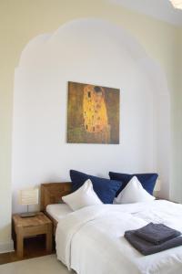 A bed or beds in a room at Villenetage Berliner Stadtgrenze