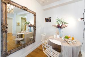 Un restaurante o sitio para comer en Chardonnay Apartment