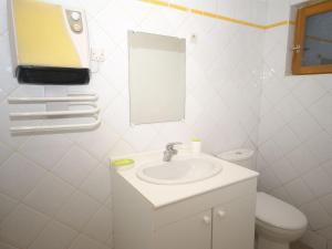 Bathroom sa Maison De Vacances - Bourdeaux 2