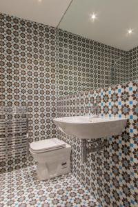 A bathroom at The Dawson Suite Apartments on St. Stephens Green