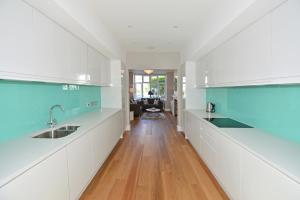 A kitchen or kitchenette at Veeve - Fabulous Home in Fulham