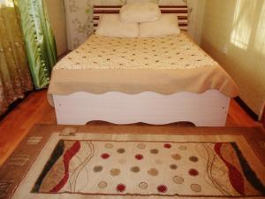 A bed or beds in a room at Apartment on Zakarpatskaya Street