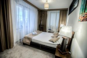 Un pat sau paturi într-o cameră la Apartament Świętojerska 24