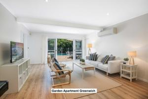 A seating area at Greenwich Garden Apartment