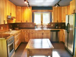 A kitchen or kitchenette at The Bear Cabin
