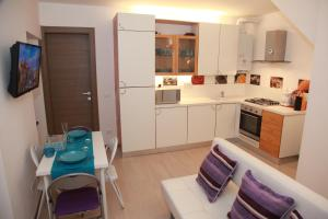 A kitchen or kitchenette at Home Sweet Home