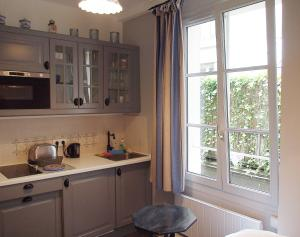 A kitchen or kitchenette at Petit Paris - Oasis in Marais