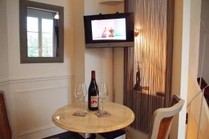 A television and/or entertainment centre at Petit Paris - Oasis in Marais
