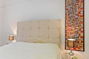 A bed or beds in a room at Chancery's Loft Private Apartment