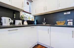 A kitchen or kitchenette at Chancery's Loft Private Apartment