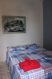A bed or beds in a room at Apartamento Enseada