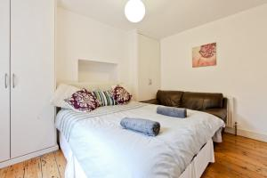 A bed or beds in a room at Fulham Short Stay