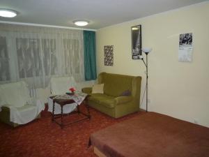 A seating area at Örs vezér Apartment Beatle