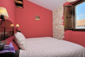 A bed or beds in a room at Masia Casa Roja
