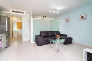A seating area at Apartamentos City Beach Lluch