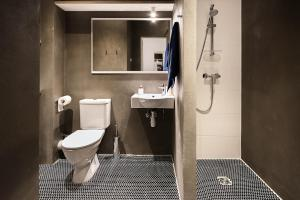 Vannas istaba naktsmītnē Apartments in Riga