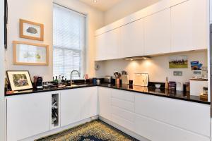 Een keuken of kitchenette bij Moreton Street Penthouse