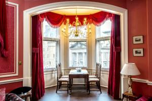 A restaurant or other place to eat at Royal Mile Mansions 14