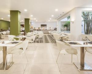 A restaurant or other place to eat at Ilunion Menorca