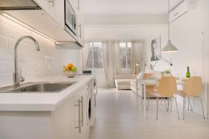 A kitchen or kitchenette at Centric Apartments National Palace