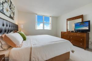 A bed or beds in a room at Churchill Suites Miami Brickell - One Broadway