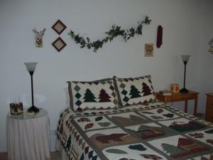 A bed or beds in a room at Summit View Lodge