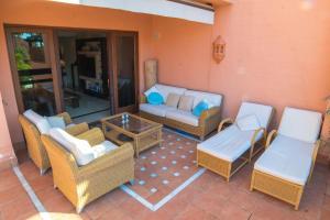 A seating area at Mar Azul ApartHotel