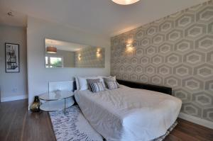 A bed or beds in a room at The Garden Apartment