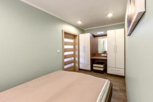A bed or beds in a room at Apartament Eva