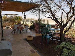 Ein Restaurant oder anderes Speiselokal in der Unterkunft Oasis in the Desert