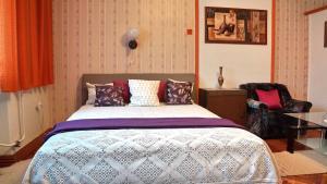 Llit o llits en una habitació de Hajnal Apartman