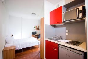 A kitchen or kitchenette at Zola Park