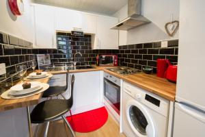 A kitchen or kitchenette at HLS - Crathie View Apartment