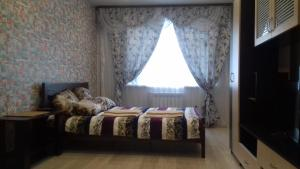 A bed or beds in a room at Apartments on Streletskiy pereulok