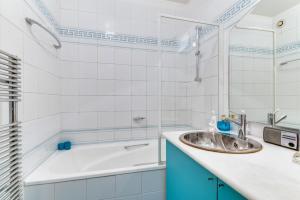 A kitchen or kitchenette at Welkeys Apartment Porte de Saint-Cloud