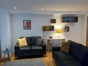 A seating area at Tolbooth Apartments