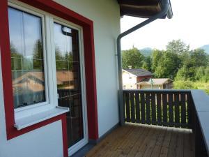 Ein Balkon oder eine Terrasse in der Unterkunft Ferienwohnung Blick auf die Buchensteinerwand
