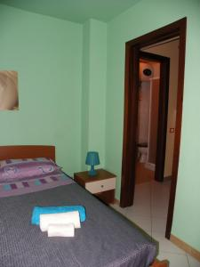 A bed or beds in a room at Piramide House