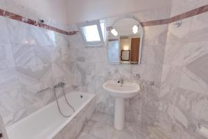Ein Badezimmer in der Unterkunft Tarra Apartments
