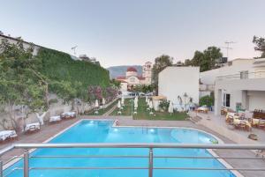 Ein Blick auf den Pool von der Unterkunft Tarra Apartments oder aus der Nähe