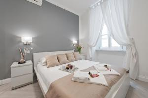 A bed or beds in a room at Trevi Apartment