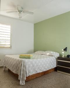 A bed or beds in a room at Safe Quiet Apartments Near Airport