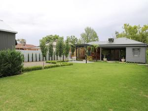 Inglis House: Central style